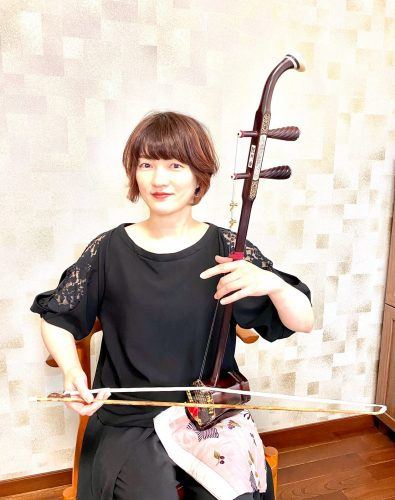 講師名:田部綾子  / 長野県諏訪市出身 中国北京で二胡に出会い、その音色に魅了され学び始めました。 その当時私が北京で受けたレッスンは中国語のみで身ぶり手振りでしたが音楽は万国共通で意外と通じるものです。 大人になってから始めた二胡。まだまだ奥が深くこれからも楽しみながら癒しの音色を追求していきたいと思います